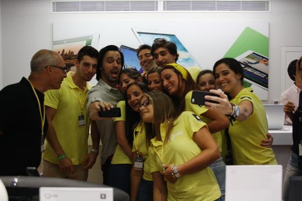 Selfie dos funcionários da GMS Store de Faro