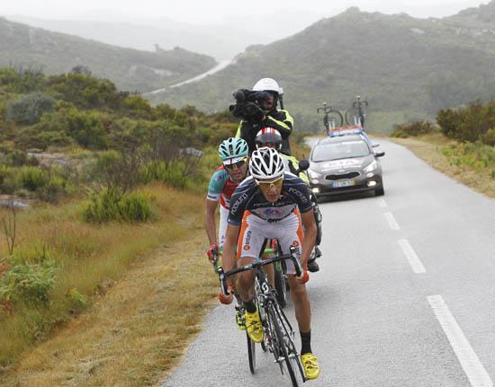 O algarvio João Pereira na roda de António Carvalho, que não queria perder a camisola azul da montanha