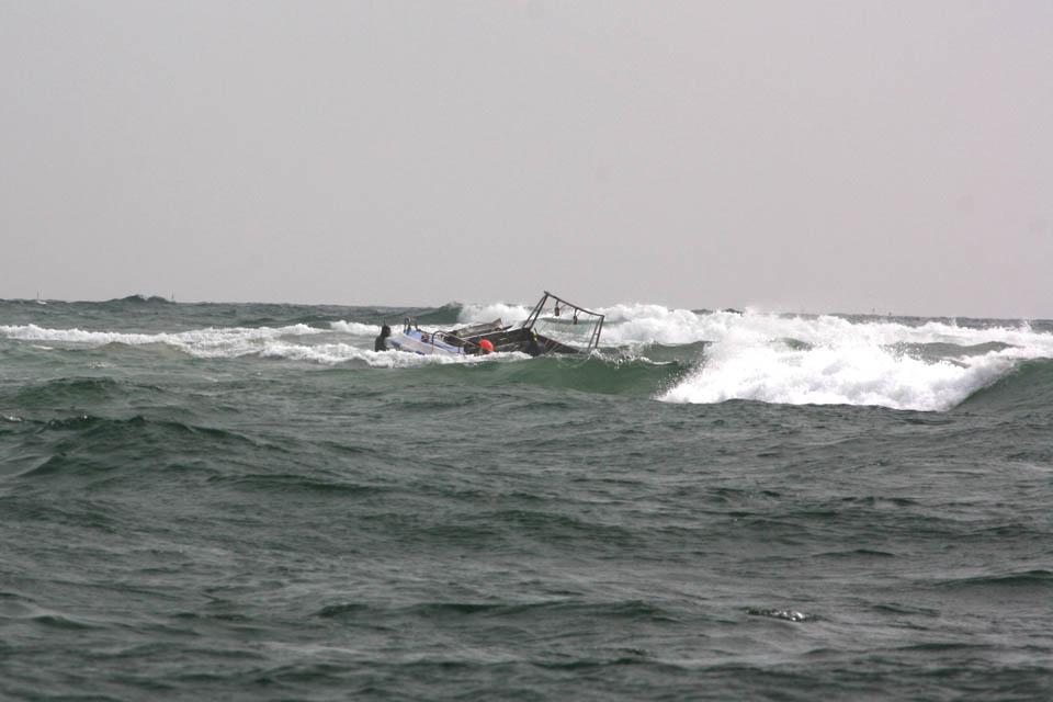 Barco Naufragou na Barra da Armona_1