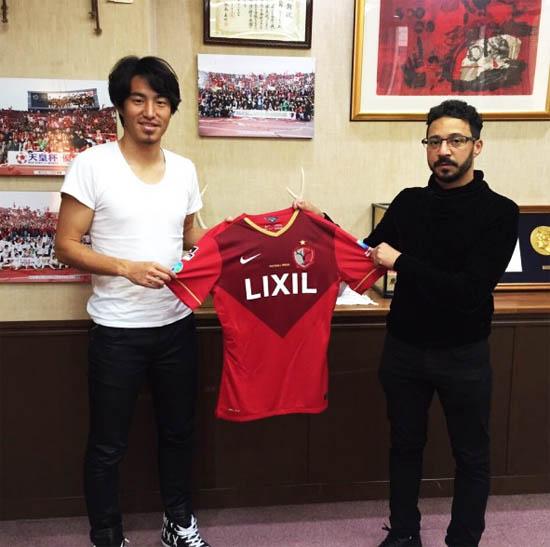 Mu Kanazaki com Rodiney da Silva Sampaio, segurando a camisola do novo clube japonês - foto www.portimonense.pt