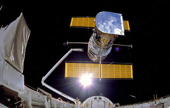 Foto do Telescópio Espacial Hubble em órbita, no dia 25 de abril de 1990, depois de ser retirado do porão de carga do vaivém espacial Discovery (Imagem: NASA)