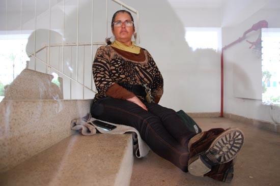 Marilu Santana acorrentada pela cintura às escadas