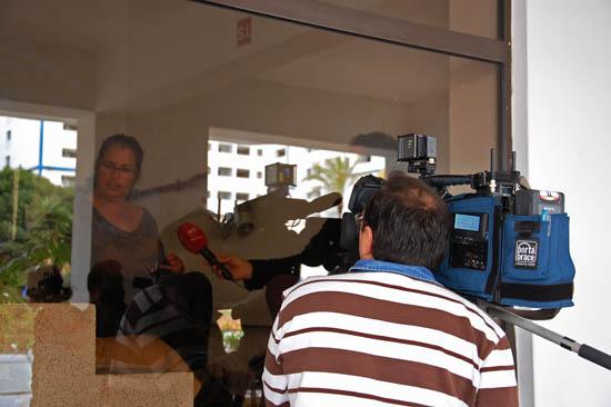 Marilu a ser entrevistada pela SIC - câmara na rua, jornalista lá dentro