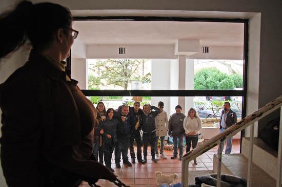 Marilu acena para os colegas que estão lá fora, a apoiá-la