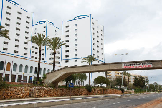 Faixa na V6, a avenida frente ao Clube Praia da Rocha