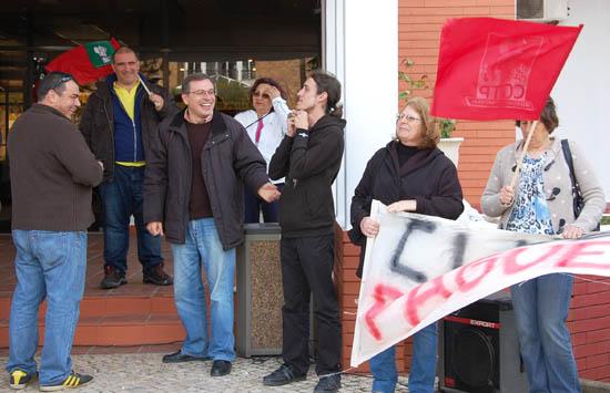 O deputado Paulo Sá (ao centro) com os manifestantes frente ao Clube Praia da Rocha