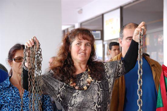 Marilu Santana segurando as correntes a que esteve amarrada 15 dias