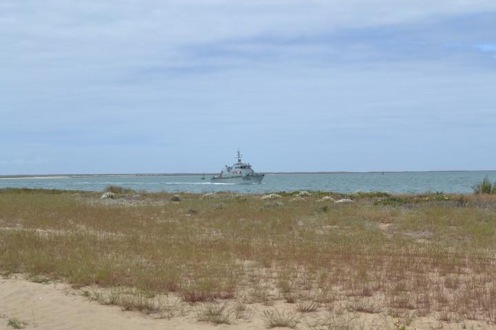 Navio da Marinha passou a meio da manhã pela Ilha do Farol