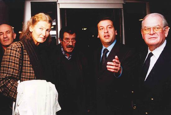 Receção, organizada pela RTA, a Günter Grass, no Aeroporto Internacional de Faro, em 02/11/1999, por ocasião da primeira vinda do escritor à região após o Nobel da Literatura - Foto de Telma Veríssimo/RTA