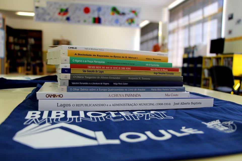 livros e biblioteca