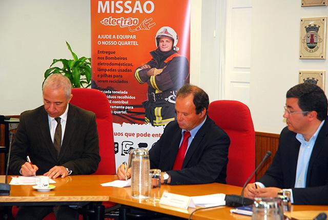 Paulo Morgado e Macário Correia a assinar o protocolo