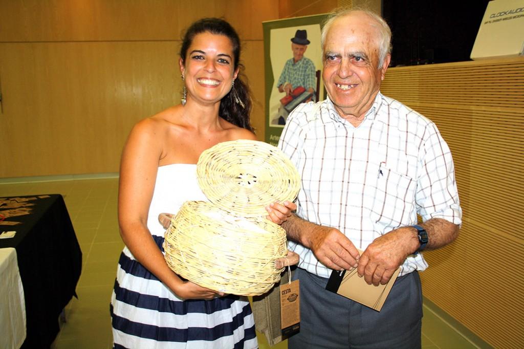 Joana Martins com o artesão do TASA António Gomes