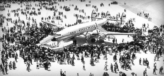 O avião inaugural, rodeado de gente na pista (Fonte restosdecoleccao.blogspot.com)