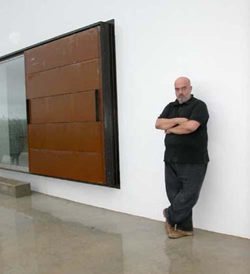 Pedro Cabrita Reis, fotografado na sua casa de Tavira em 2006 - foto de Elisabete Rodrigues
