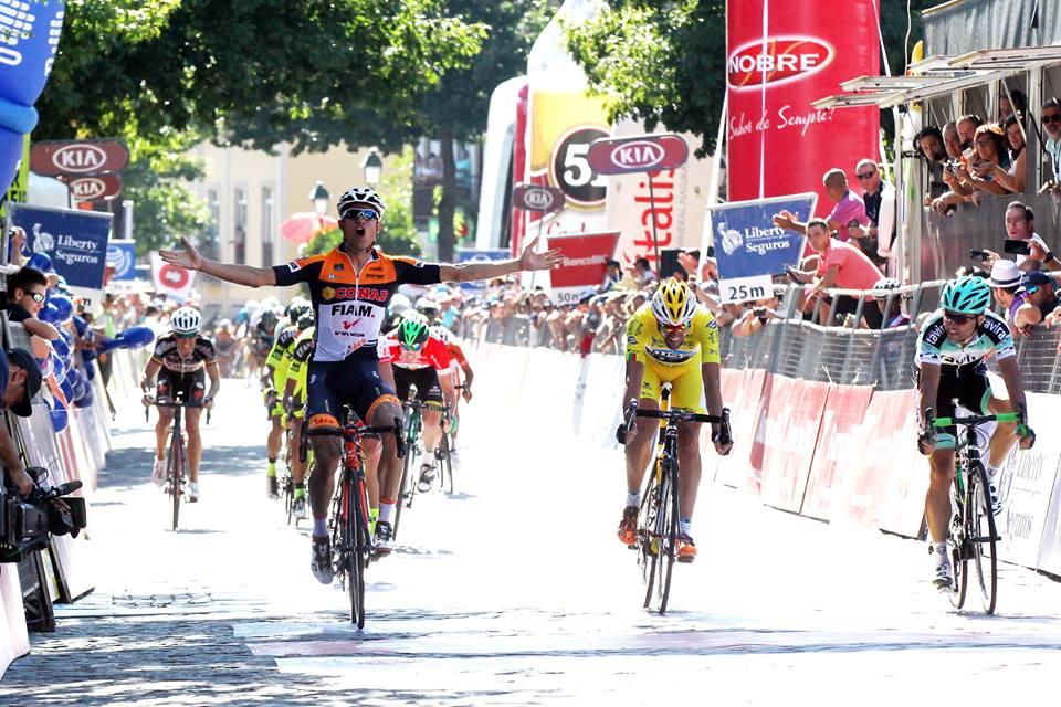 A chegada da 3ª etapa, com Manuel Cardoso, do Team Tavira, à direita, a chegar em 3º, e Vicente de Mateos, do Louletano Ray Just Energy, logo atrás, em 4º