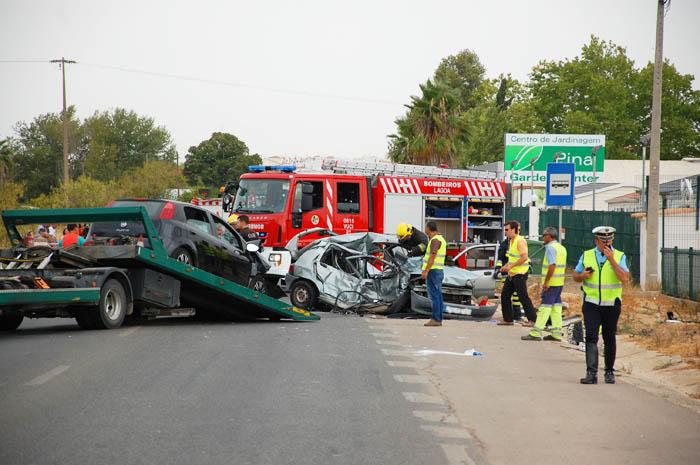 Início da retirada de um dos veículos acidentados