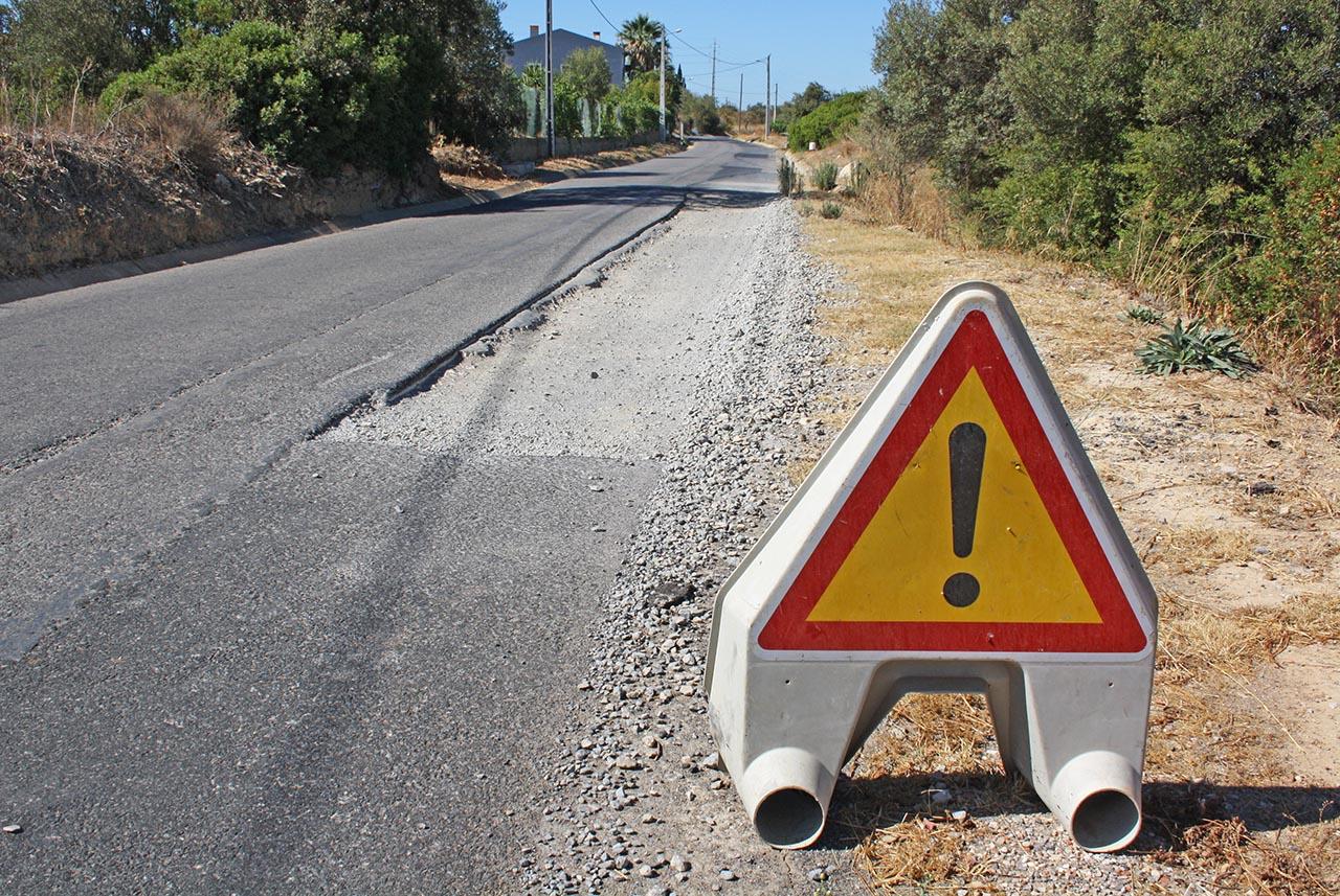 Buraco na estrada entre Estoi e a Conceição de Faro