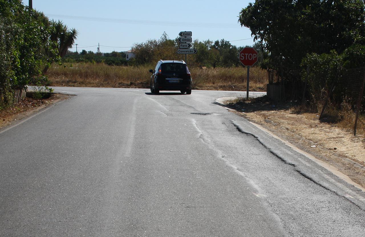 Estrada em mau estado perto de Estoi