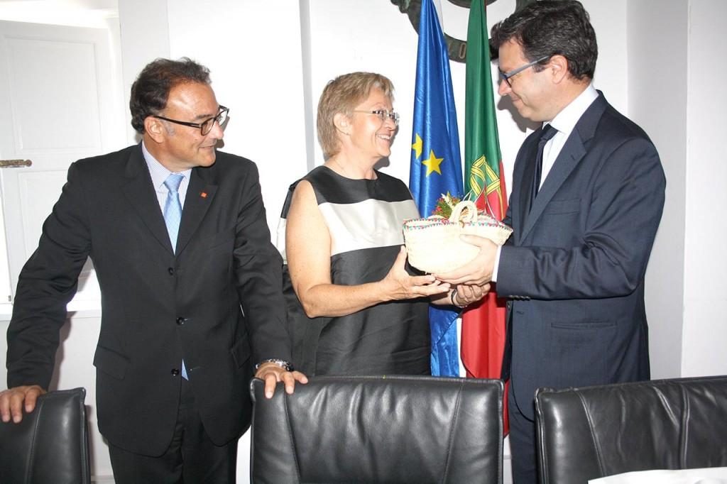Hugo Nunes ofereceu presentes aos representantes do IKEA