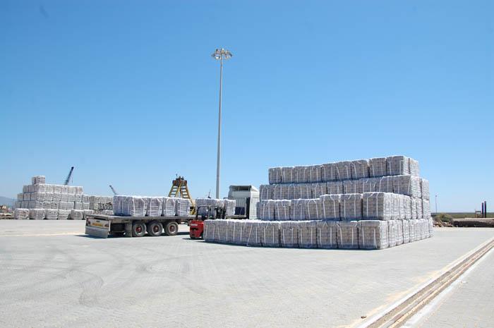 Cimento da Cimpor prestes a ser carregado no Porto de Faro
