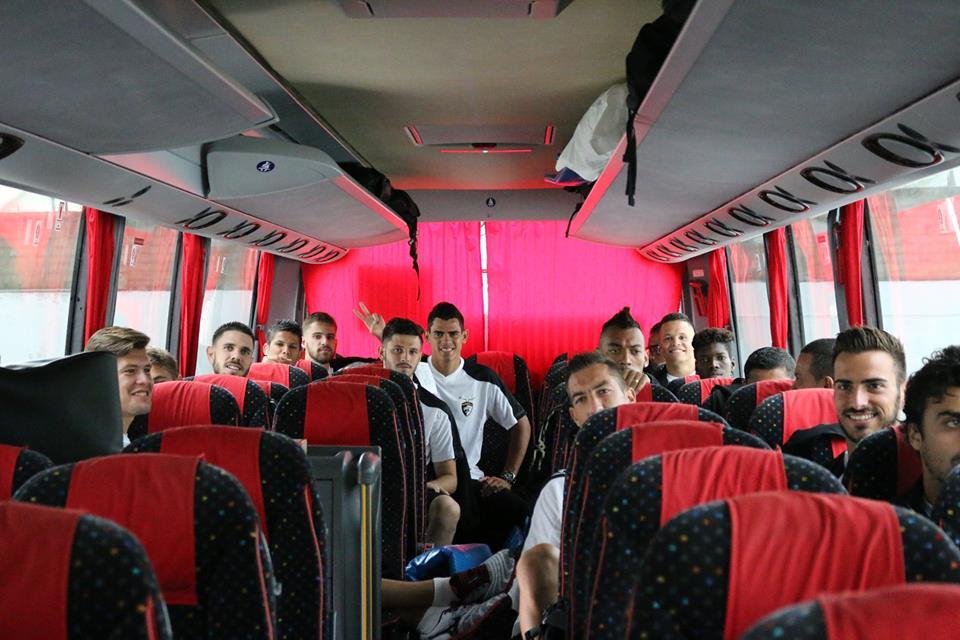 Equipa do Portimonense a caminho do jogo com o Pampilhosa