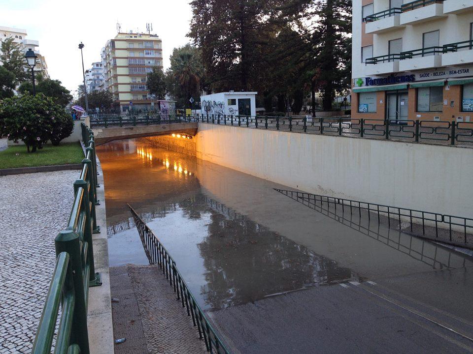 Túnel de Olhão inundado, às 8h30 deste domingo - foto de João Valentim