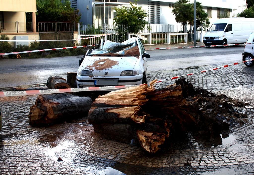 Carro destruido em Olhão_Temporal 1 Nov 2015_1