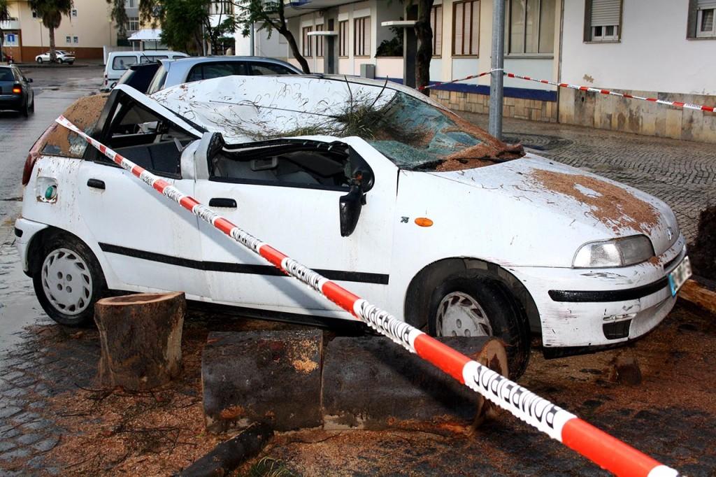 Carro destruido em Olhão_Temporal 1 Nov 2015_2