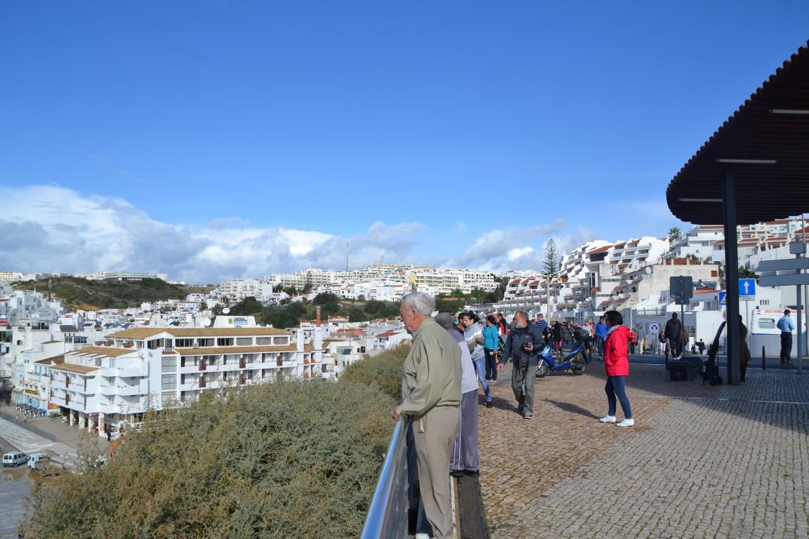 Miradouro da Praia dos Pescadores teve muita gente a ver os trabalhos