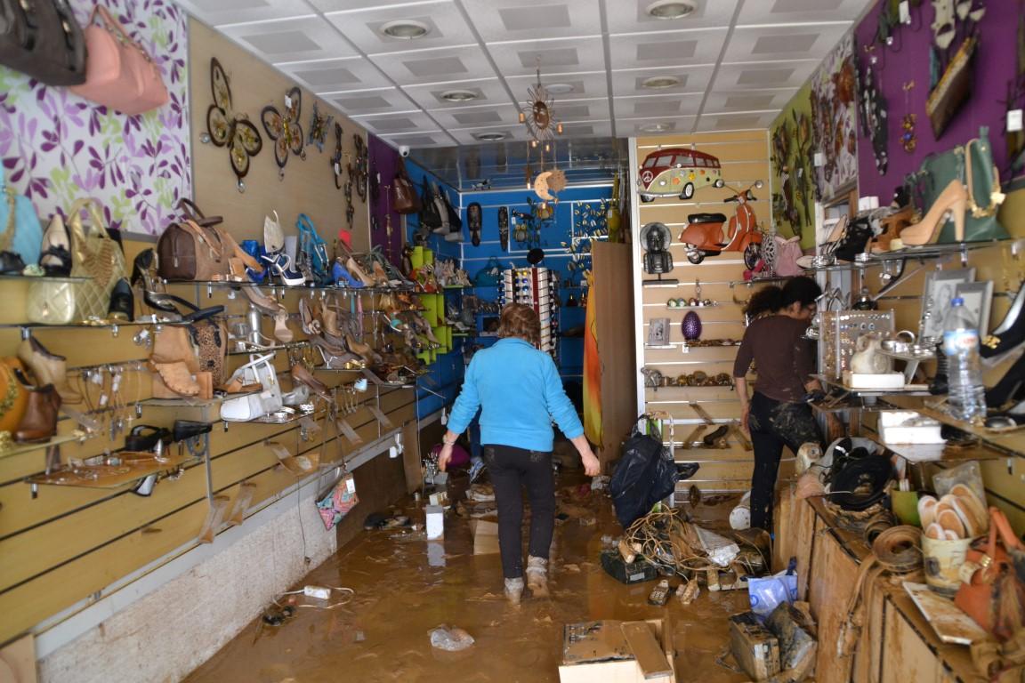 Alda Bacalhau mostra os danos na loja