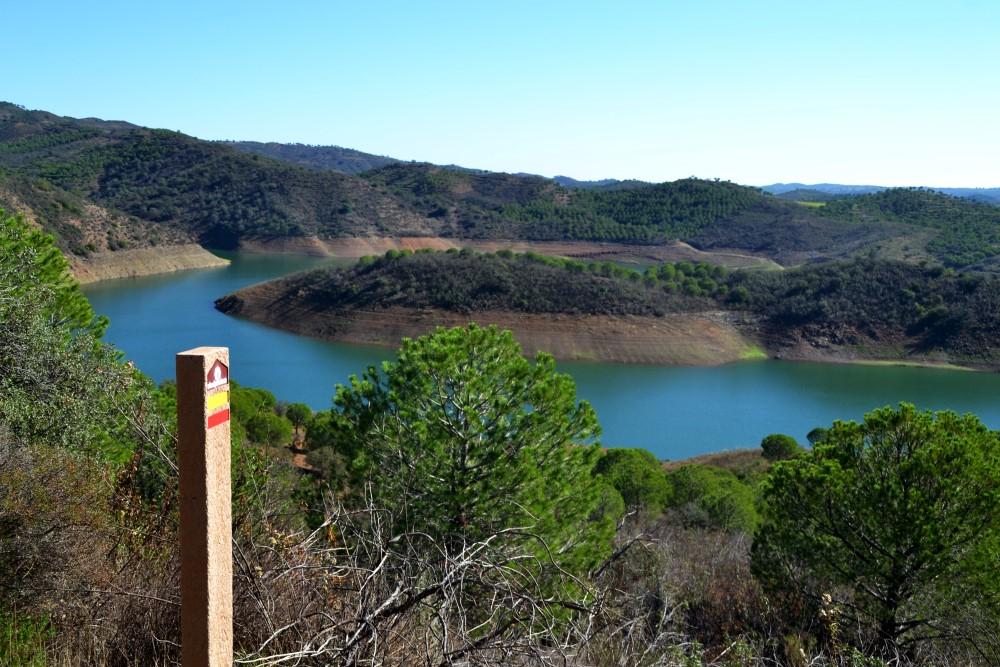 Vista da Barragem de Odeleite, no percurso complementar à Via Algarviana