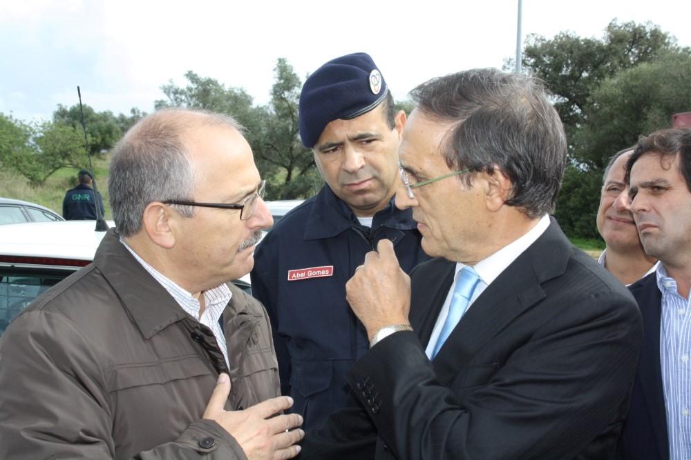 Calvão da Silva com Vítor Aleixo e o comandante Abel Gomes da proteção civil