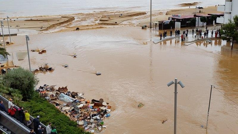 Praia dos Pescadores, Albufeira - mesas, cadeiras, recheio de lojas e restaurantes, tudo foi arrastado para o mar - foto de Sérgio Brito