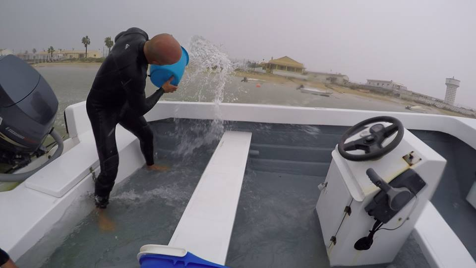 Proprietário a baldear água de um barco na Praia de Faro_Foto Rodolfo Reis