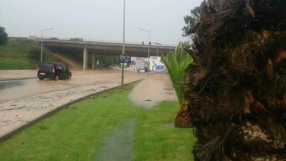 Viaduto junto ao Vale Paraíso (Albufeira) inundado, com carros imobilizados - Manuel Kasinha
