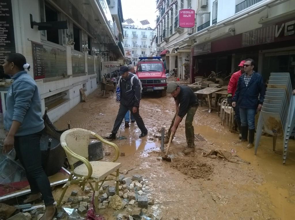 A tentar limpar a destruição na Baixa de Albufeira, esta manhã - foto de Nuno Costa Sul Informação