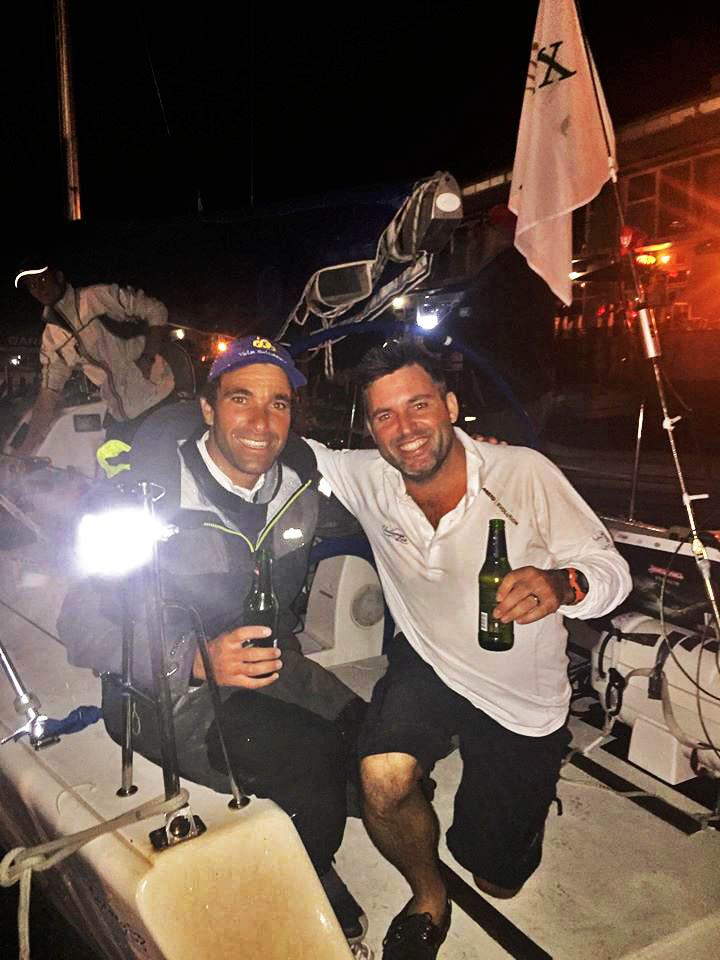 Luís Brito, com Alex Gilbert, a festejar, à chegada a Hobart