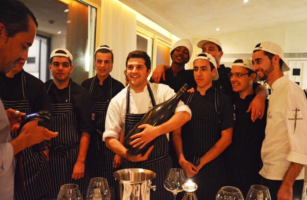 João Oliveira, o chef do Vista Restaurante, com a sua equipa - foto de Elisabete Rodrigues