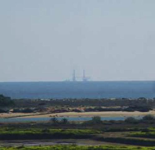 Plataforma de petróleo em cargueiro ao largo de Tavira