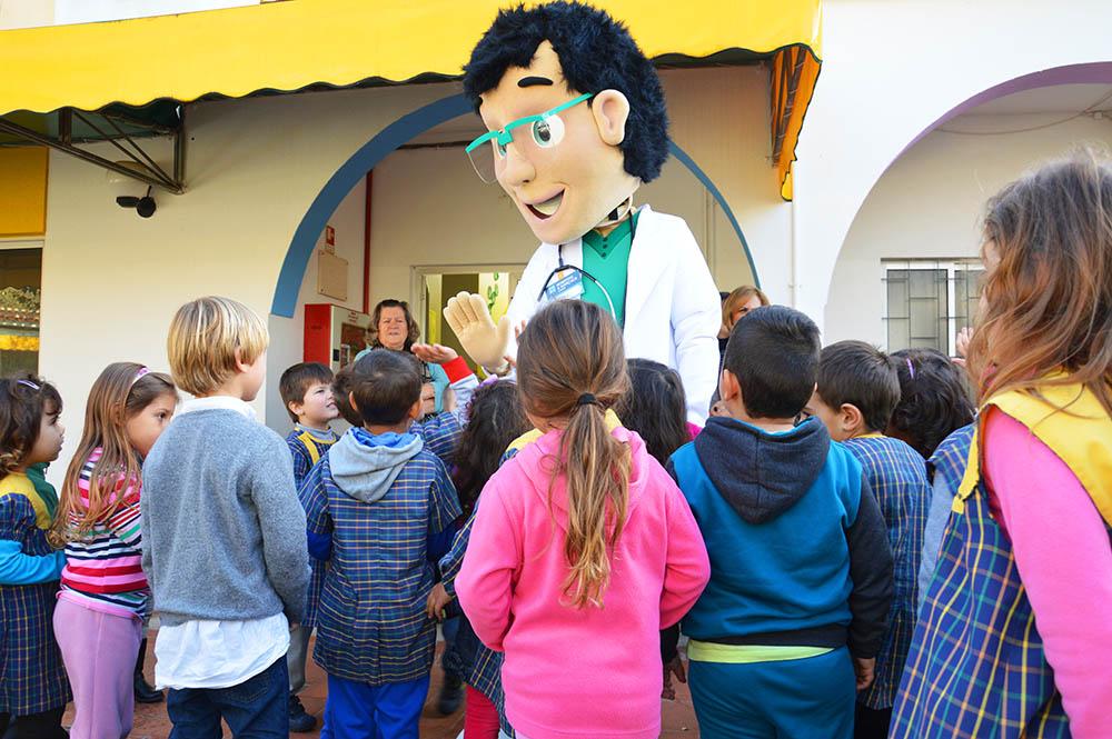 O Doutor Gonçalo, no meio das Crianças, no recreio dos Amigos dos Pequeninos, em Silves