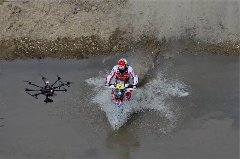 O português Paulo Gonçalves, com a sua moto quase submersa na travessia de um rio, antes de a 1ª etapa ser cancelada