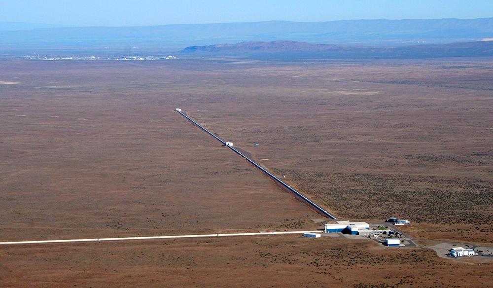 Um dos detetores da experiência LIGO, em Hanford, estado de Washinton. O outro detector situa-se em Livingston, estado de Louisiana. Crédito: LIGO.