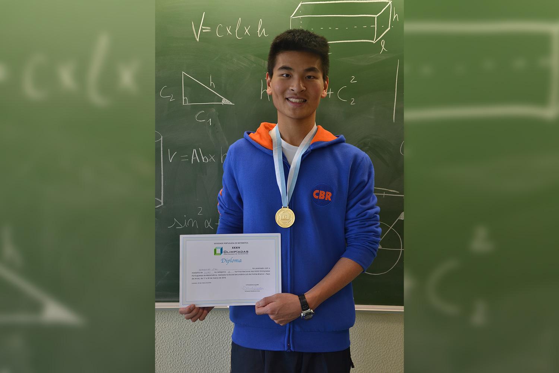 2016-096-olimpiadas-matematica-Wanghao-Zhu-Ouro