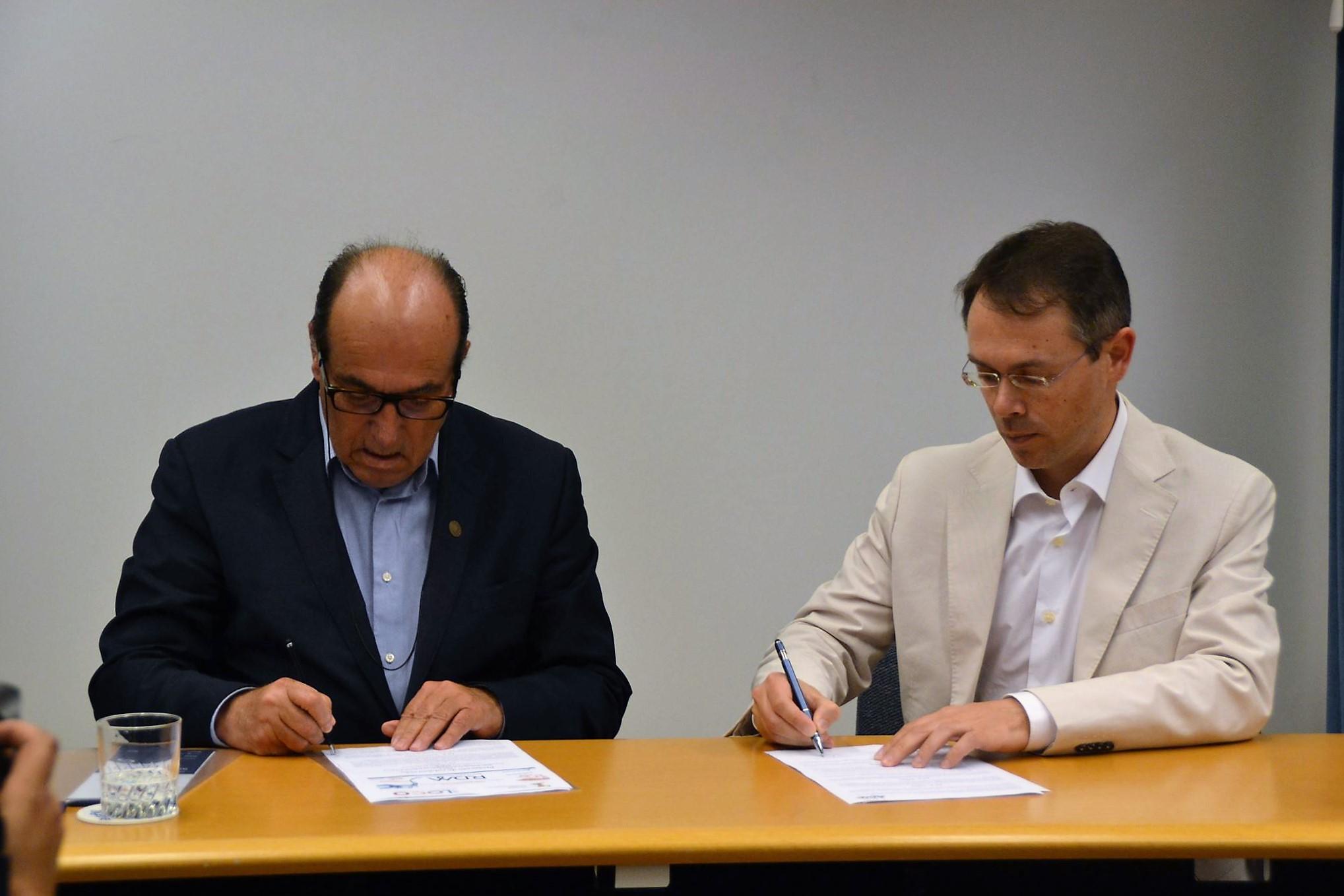 Assinatura do protocolo entre Elidérico Viegas e Nelson Dias