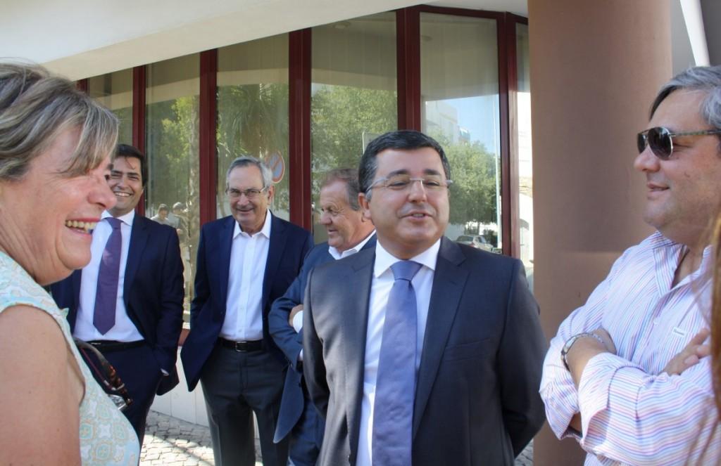 À porta do Tribunal Administrativo de Loulé