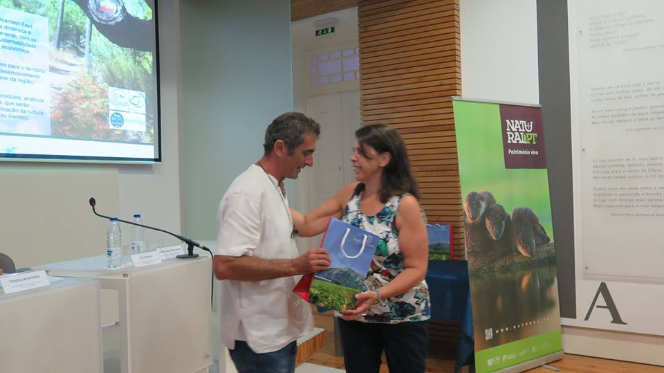 Célia Ramos (secretária de Estado do Ordenamento do Território e da Conservação da Natureza) entrega o prémio a Vítor Faustino (Quinta Pero Vicente)