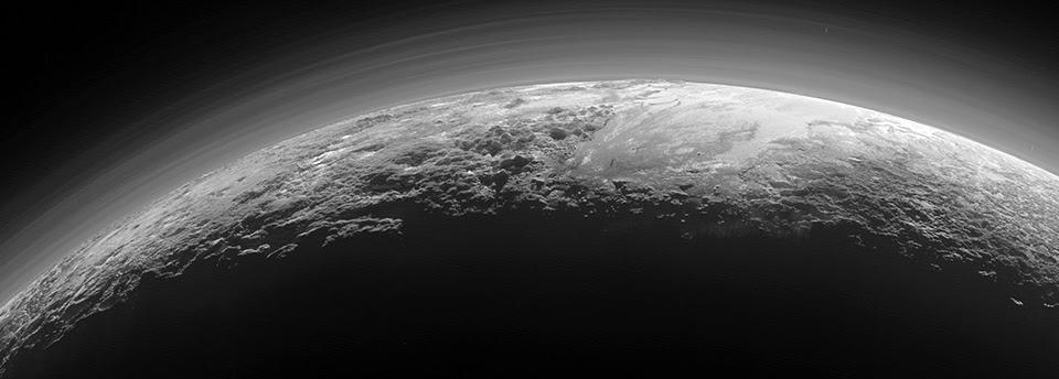 Foto de Plutão obtida apenas 15 minutos depois da maior aproximação da sonda New Horizons a Plutão, a 14 de julho de 2015(1)