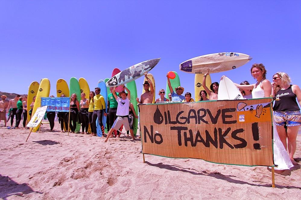 Protesto anti pretroleo na praia_1 (Custom)
