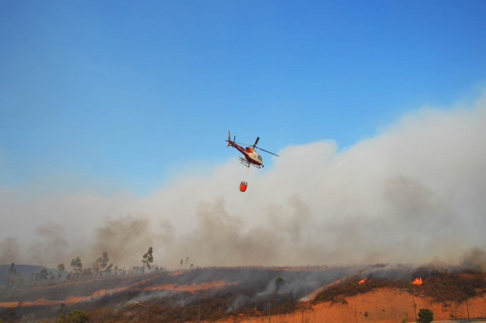 Helicóptero a apagar chamas junto ao Hotel Pestana Algarve Race, no Autódromo