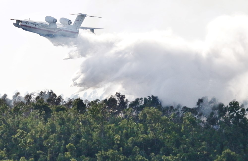 Avião a combater incêndio
